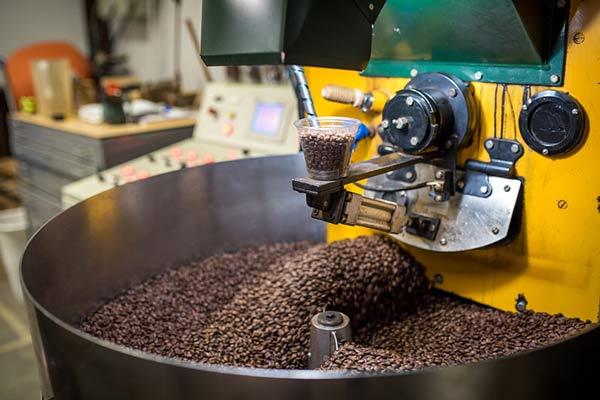 دستگاه رست در حین رست دادن دانه های قهوه